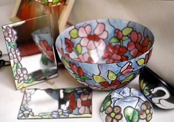 Lampi, vitralii, bowl-uri, icoane pe sticla si oglinzi decorate, toate realizate intr-o tehnica deosebita prin aplicarea unui fir  deasupra.